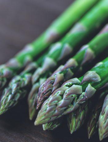 asparagi appoggiati sul tavolo