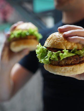 Burger vegano di melanzane con crema di sesamo e salsa curry