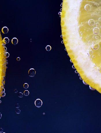 limone immerso nell'aqua